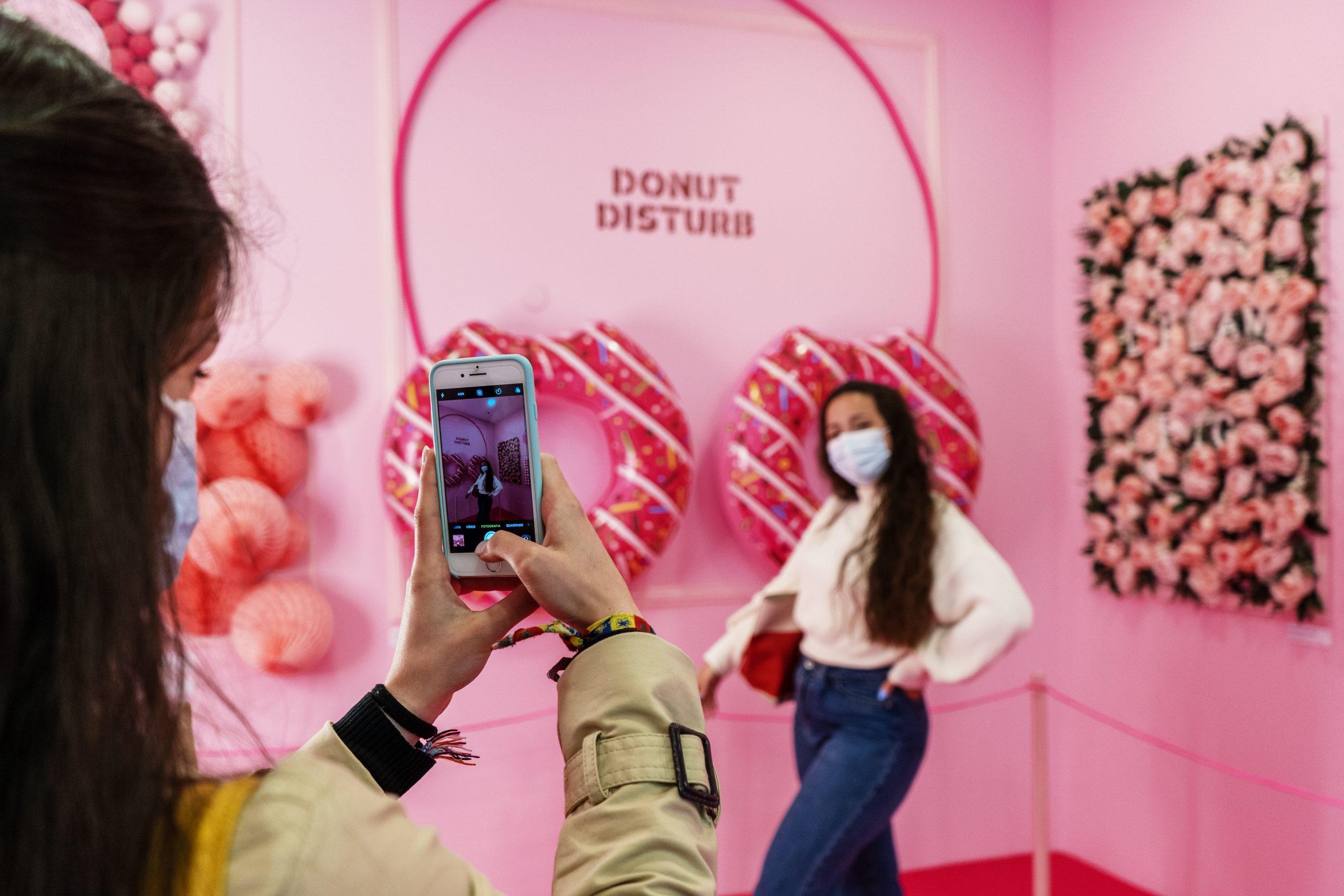 uma rapariga a tirar uma foto a outra no snap art spot no alameda shopping
