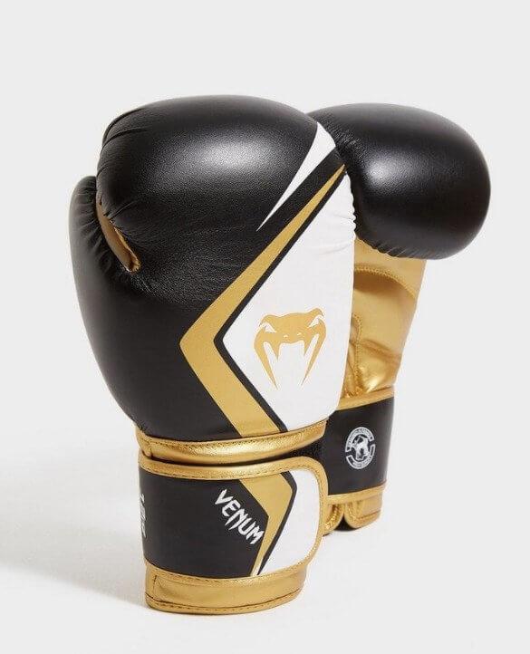 Luvas de boxe pretas e douradas da venum da JD sports